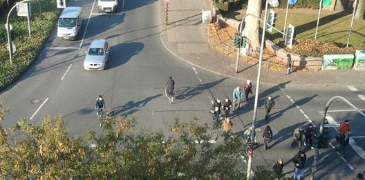 hoe geef je ruimte voor fietsers en voetgangers op een kruispunt met autos