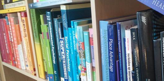 lees hier meer over de effecen van het sorteren van je boeken op kleur