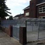 School beschermt plein met hekwerk fort