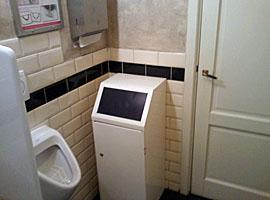 Figuur Als het in deze WC druk is (en dat is het vrij snel), kun je letterlijk bij iemand over de schouder mee kijken. Lees hier de hele beschrijving van deze WC.