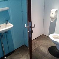 Figuur - De te krappe ruimte in deze WC zorgt ervoor dat je bij het verlaten van de WC zeker iemand aanstoot.