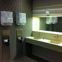 Figuur - Deze WC heeft een verhoging bij de spiegel waar de tas neergezet kan worden.