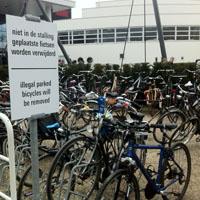 Saillant detail, bordje staat in de fietsenstalling.