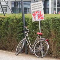 paaltje fietsenstalling wordt gebruikt als steun