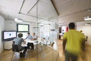 kenniswerker centraal ontwerp kantoor